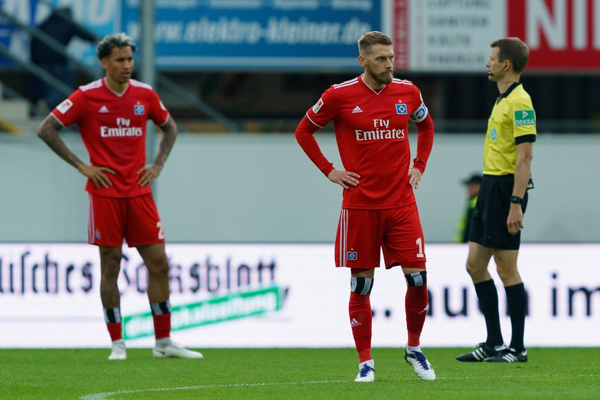 Paderborn, Germany, 12.05.2019, 2. Bundesliga 33. Spieltag, SC Paderborn 07 - Hamburger SV, Aaron Hunt (HSV) enttaeuscht, looks dejected ( DeFodi001 *** Paderborn Germany 12 05 2019 2 Bundesliga 33 Matchday SC Paderborn 07 Hamburger SV Aaron Hunt HSV disappointed looks dejected DeFodi001