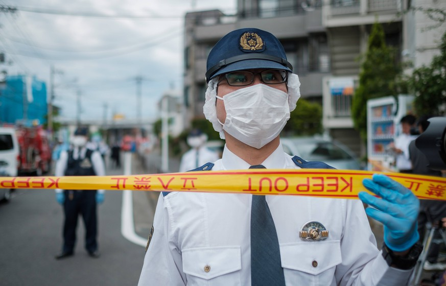 A police officer from Kanagawa prefecture stands to close a road after a mass stabbing close to Noborito station on May 28, 2019 in Kawasaki, Japan. According to media reports, 16 people, including elementary school children, were stabbed by a man on 28 May before stabbing himself. May 28, 2019 PUBLICATIONxINxGERxSUIxAUTxHUNxONLY (104418148)