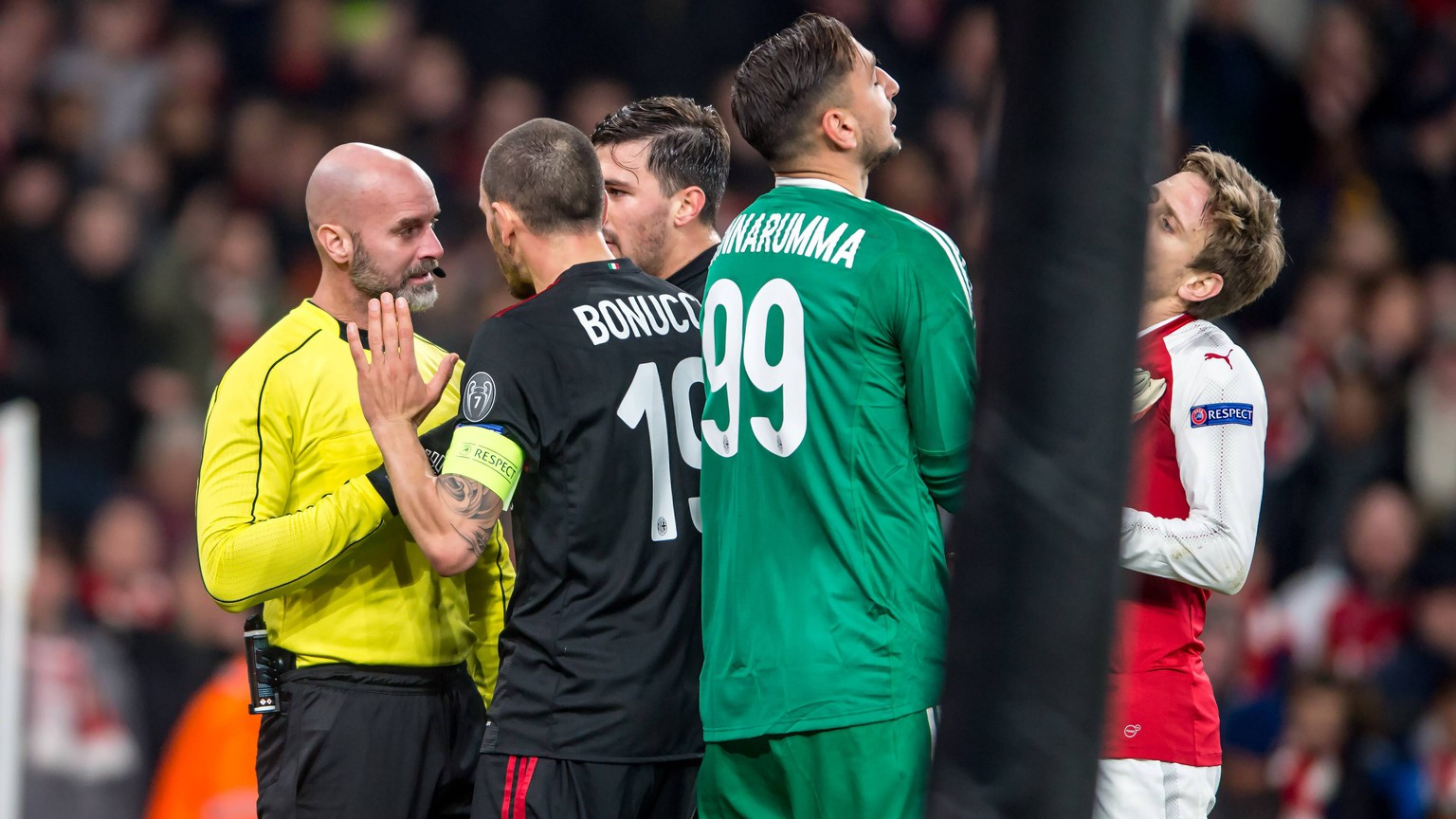 Leonardo Bonucci of AC Milan confronts the assistant referee after a discussed penalty during the UEFA Europa League Round of 16 Leg 2 of 2 between Arsenal and AC Milan at the Emirates Stadium, London, England on 15 March 2018. PUBLICATIONxNOTxINxUK Copyright: xSalvioxCalabresex 19300004