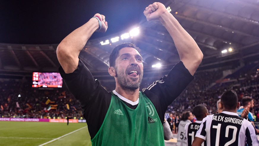 Gianluigi Buffon of Juventus celebrates the victory of the italian Serie A championship after the Serie A match between Roma and Juventus at Stadio Olimpico, Rome, Italy on 13 May 2018. Photo by Giuseppe Maffia. | Verwendung weltweit